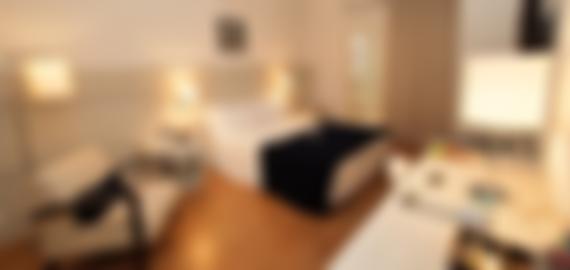 """Ampla suite com televisão 40"""", varanda e sala de estar."""