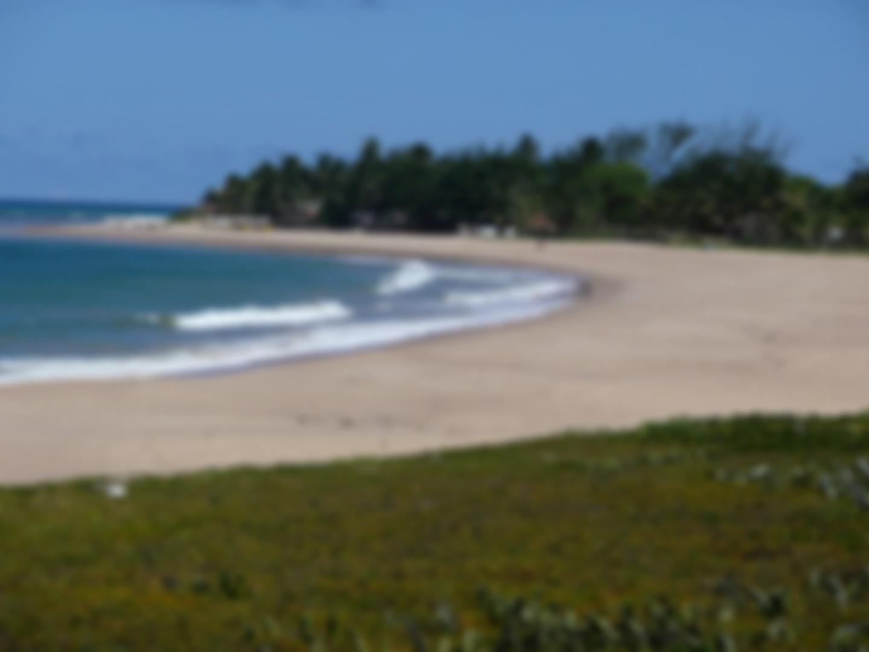 Itacimirim tem praias de ondas fortes e piscinas naturais