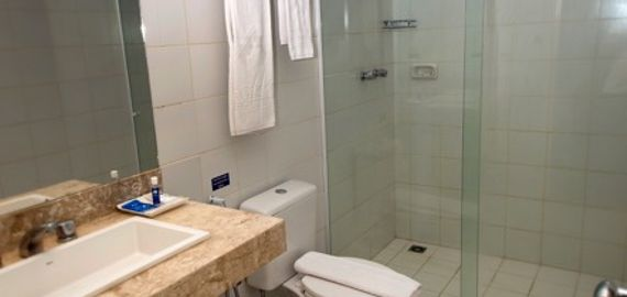 Amplo banheiro da suite luxo.