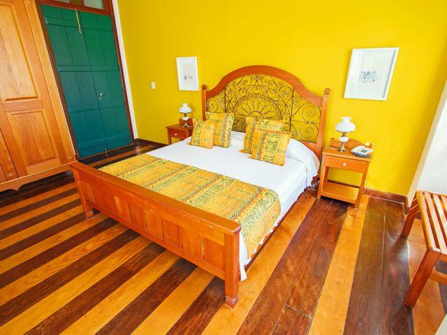 Quarto casal luxo Oxum, cama queen, com vista Pelourinho