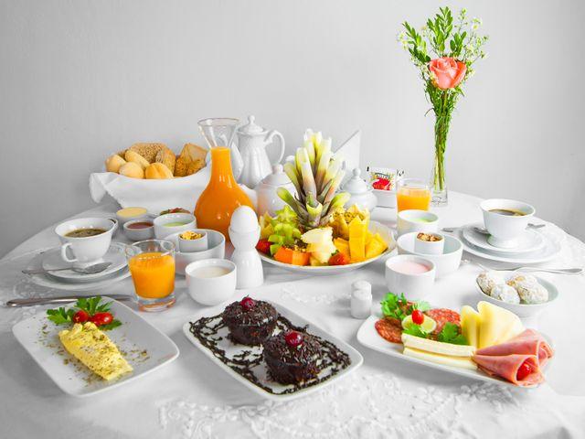 Café da manhã incluído servido no quarto. Comida regional