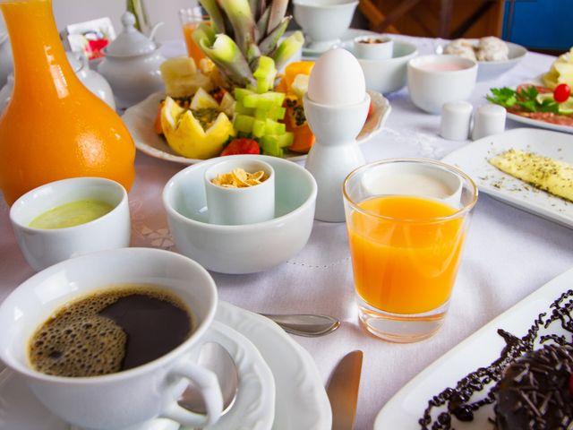 Café da manhã servido no quarto. Comida regional caseira
