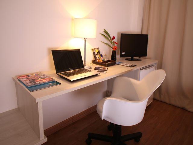 Bancada de trabalho iluminada com cadeira ergometrica.