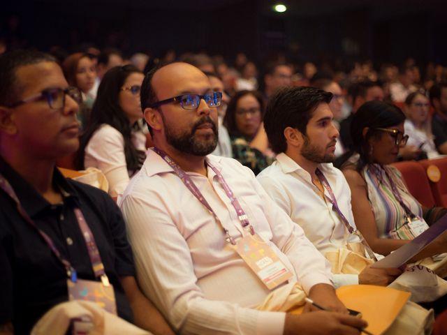 Participantes do Hotel Summit atentos na plenária