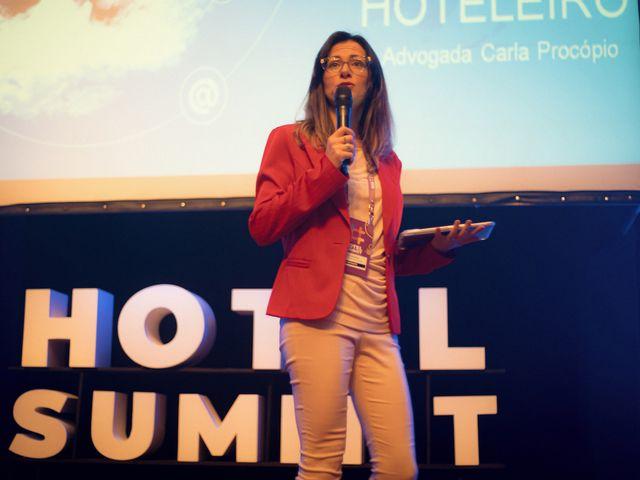 Palestrante Carla Procópio no palco do Hotel Summit 2019