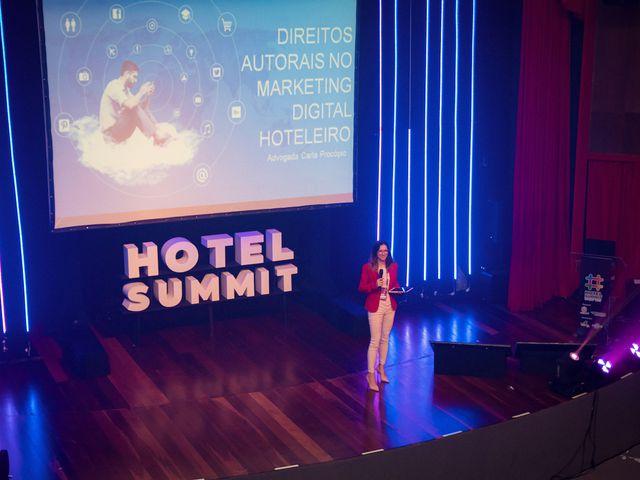 Visão superior do palco com Carla Procópio no Hotel Summit